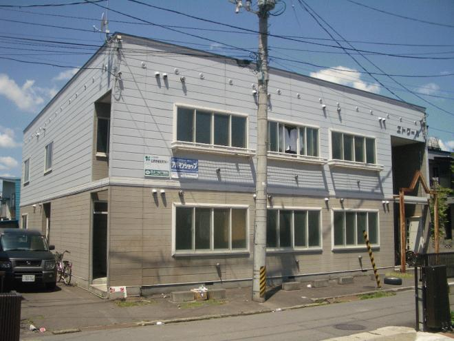 隣にもアパートが建ってます。