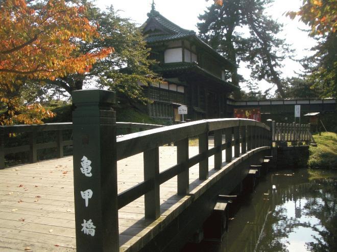 弘前公園まで徒歩4分。