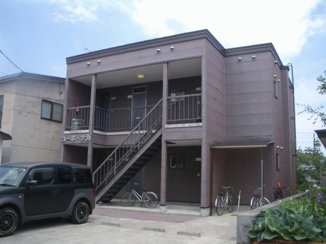 目の前にはアパート専用駐車場があります。他に屋根付きの駐輪場もあります。