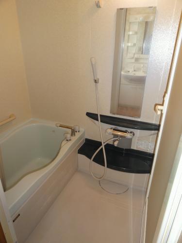 アパートのお風呂とは思えないゆったりした作りの浴室です。アパートでこんな素敵なお風呂は珍しいですよ♪