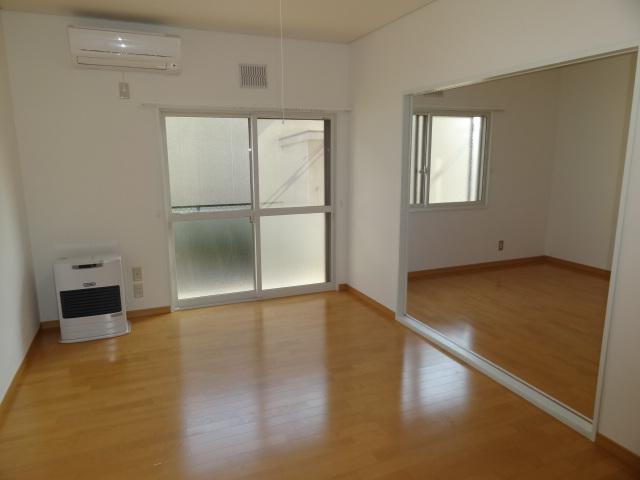 1階リビングと、リビング横の洋室6帖です。ふすまを外してしまって広いリビングとして使って頂いてもいいと思います!!