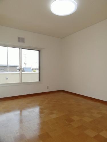 2階洋室6帖です。こちらも南向き!このお部屋にも小さい収納があります。