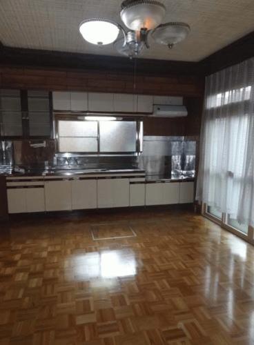 キッチンです。10帖あるからダイニングテーブルやソファーも置けそうな広さです。