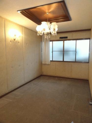 キッチン横の洋室です。子供部屋や趣味のお部屋にもできそうです!昭和レトロな雰囲気でいいと思います♪