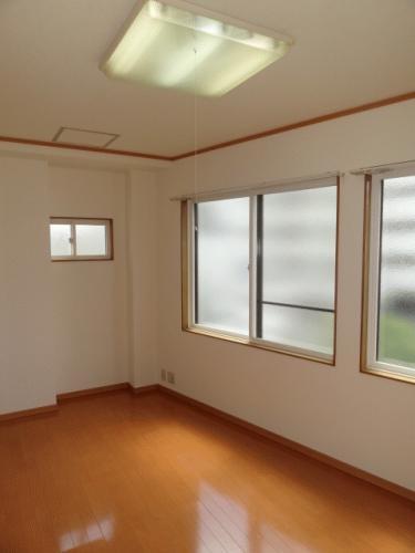 洋室のお部屋です。二面に窓があって換気もしやすいです!小さい窓は南向き、大きい窓は西向きです。