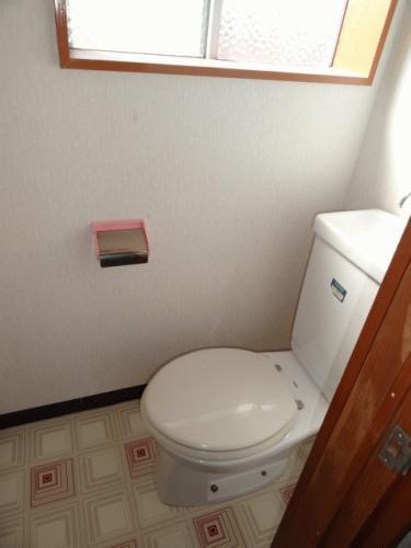 トイレです。こちらも窓あり。明るくていい感じです。