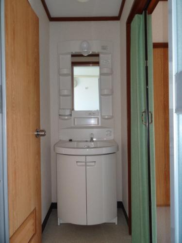洗面台兼脱衣所です。この家賃にして洗面台付きは珍しいです♪