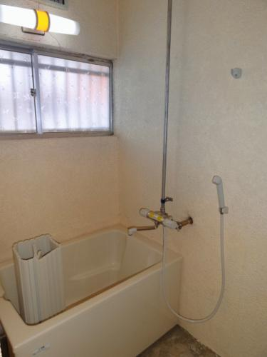 浴室です。窓があって換気もしやすい♪