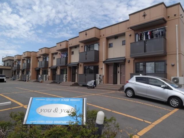 住宅街の角地に建っています。アパート前は駐車場です。