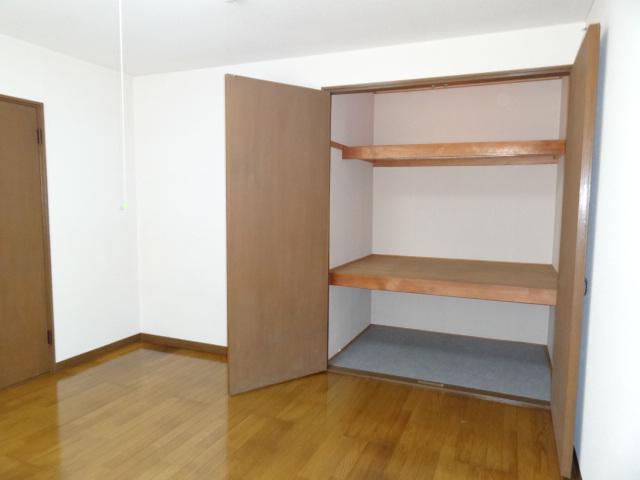 写真ではちょっと分かりにくいですが、この収納、スゴイんです!たっぷり収納してお部屋はスッキリできそう♪