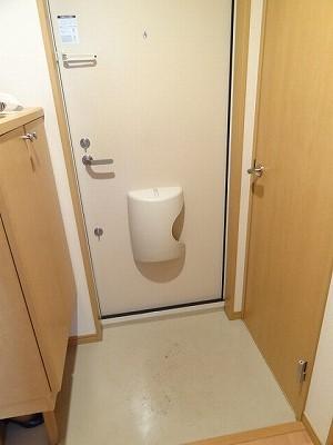玄関を入るとまず、靴箱があります。その向かいにはトイレがあり。