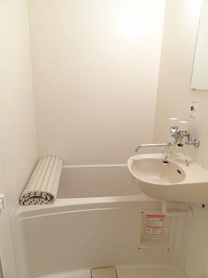 お風呂に洗面台あり。やっぱりあると便利です。