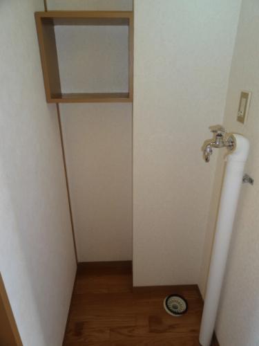 洗濯機置き場です。棚がついていて便利♪