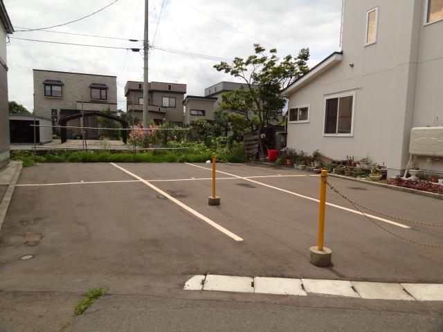 駐車場は縦列で2台置けます。(1台分の料金になります。)