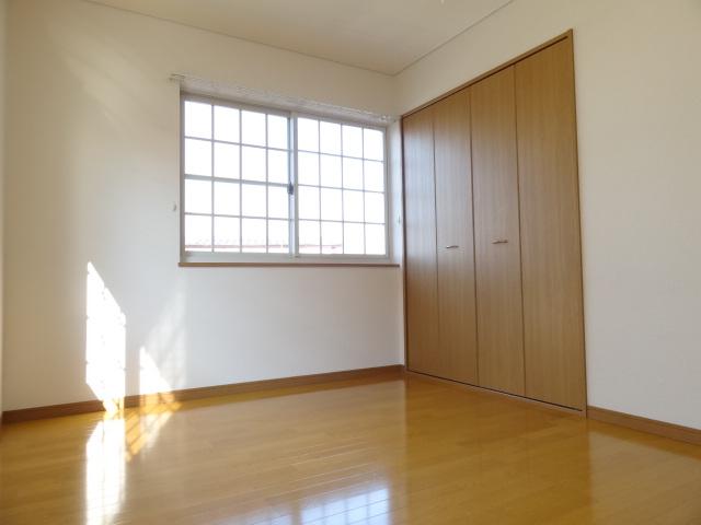 2階は各部屋に収納があります。お部屋の窓もかわいい感じです。