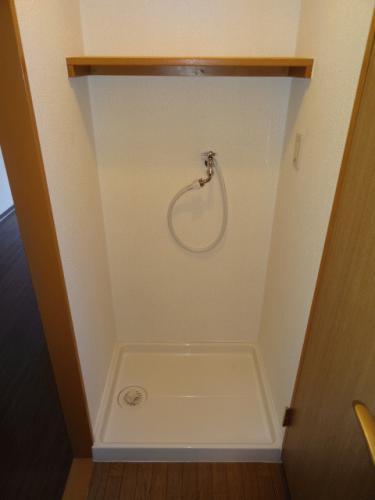洗濯機置き場♪棚も有り、使いやすそうです!