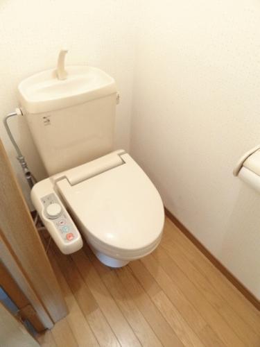 トイレです♪写真では見えませんが、ペーパー収納もございます♪