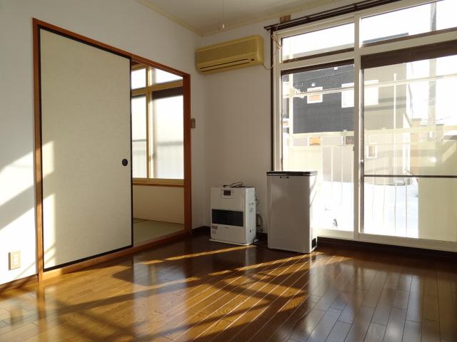洋室6帖です。窓は南向きで、窓の外には洗濯物が干せるようになっています。