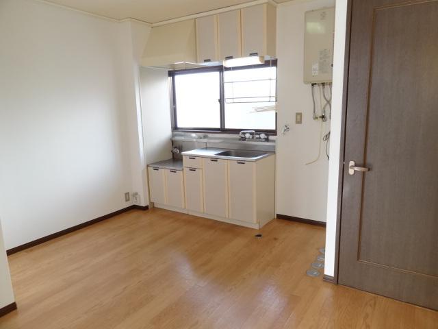 ダイニングキッチンも6帖あるので、真ん中にテーブルも置けそうです。流し台の横に洗濯機置き場があります。