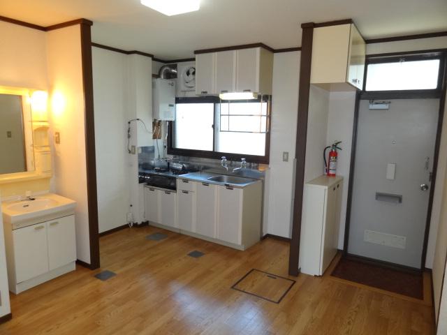 キッチンは6帖です。小さめのテーブルくらいは置けそうです♪キッチンの一角に洗面台があります。