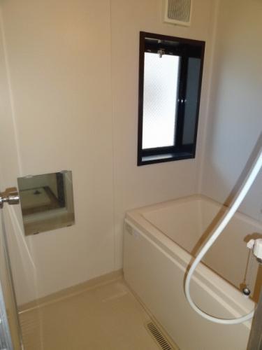 お風呂にも窓があって湿気がこもらず快適です。