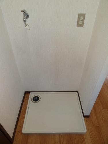 脱衣スペースには、洗濯機置き場もあります。