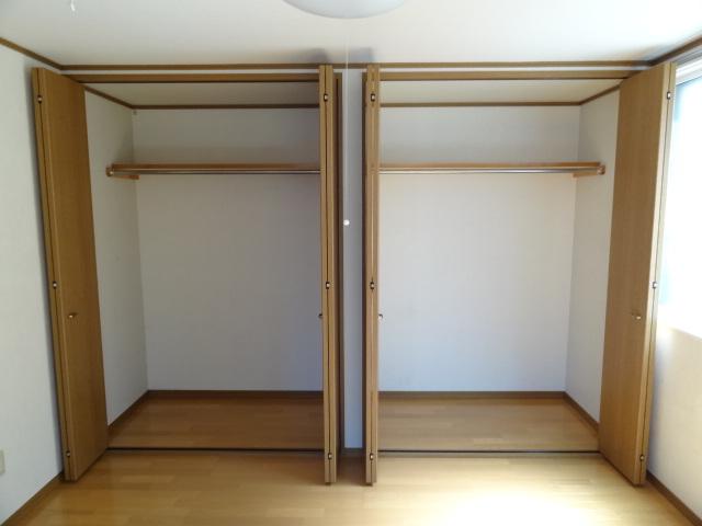 もうひとつの洋室6帖にはこんな感じの収納が付いています。