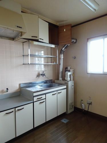 台所です。横についているのが灯油給湯器となります。