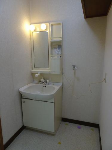 脱衣所です。洗面台横が洗濯機スペースとなります。