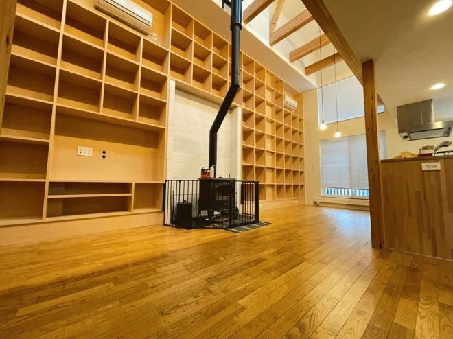 リビングには薪ストーブ、パネルヒーター、エアコン付き!壁面いっぱいの収納がおしゃれです♪