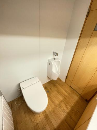 トイレです!トイレにも洗面台がございます。